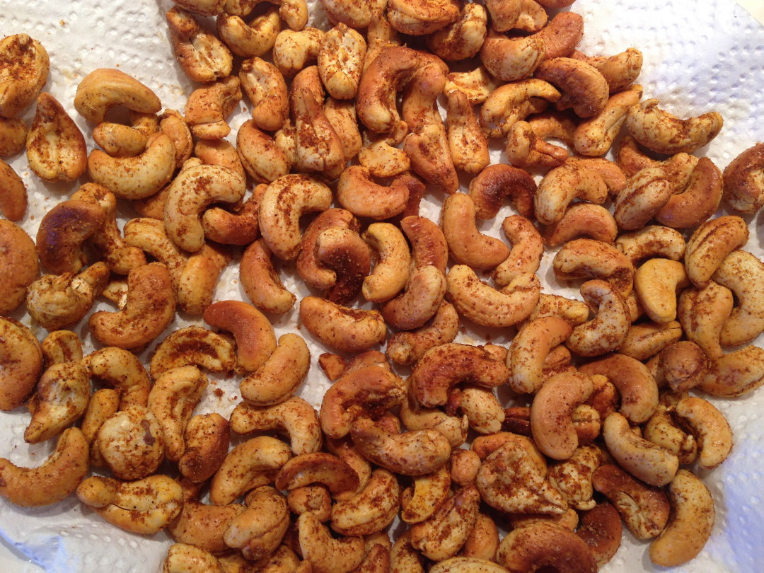 These spicy cashews are the perfect snack at five, together with a beer or glass of wine! Easy to make, not too unhealthy and absolutely divine!