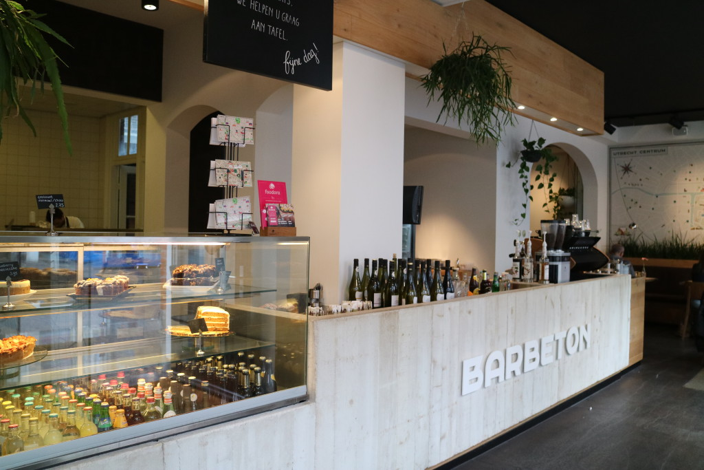 Bar Beton, bar, with smoothies, breakfast, lunch, coffee, tart, cake and more