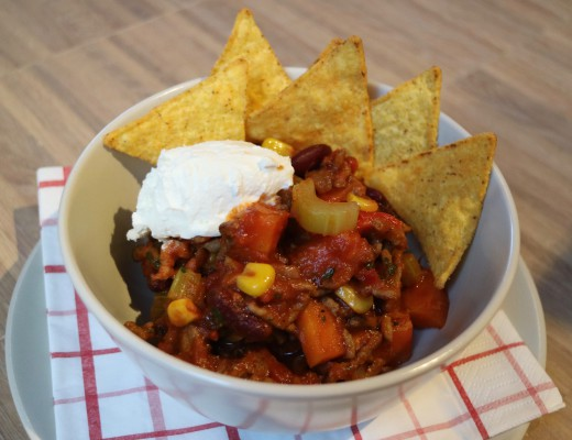Chili con carne, mexican food, recipe, sour cream, guacamole, nacho, tortilla