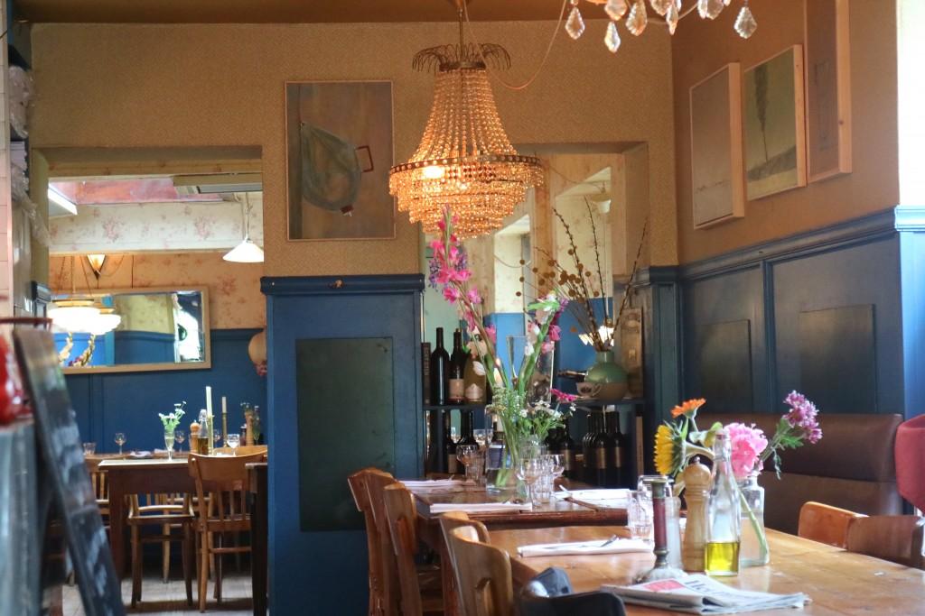 LaVallade, Ringdijk 23, Amsterdam, Frans, knus, romantisch, wijn, lekker eten, eten wat de pot schaft, 5 gangen menu, kazen, dessert, voorgerecht, hoofdgerecht, salade, bistro, gezellig, prijs kwaliteit, goedkoop