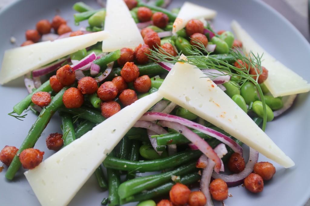 Salade peulvruchten, Manchego, kikkererwten, sojabonen, rode ui, haricot verts, dille, koriander, bieslook, sherryazijn, PX, eten is genieten, koken, kook, recept, gezond, groenten, vegetarisch, bijgerecht, salade, zomer, BBQ