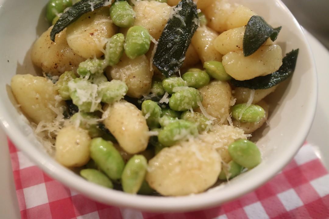 Gnocchi met tuinbonen of edamame, salieboter en Parmezaan