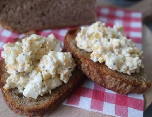 ei-truffel tapenade, toast, Pasen, zelfgemaakt, brunch, ontbijt, lunch, hapjes, eten is genieten, koken, recept, kook