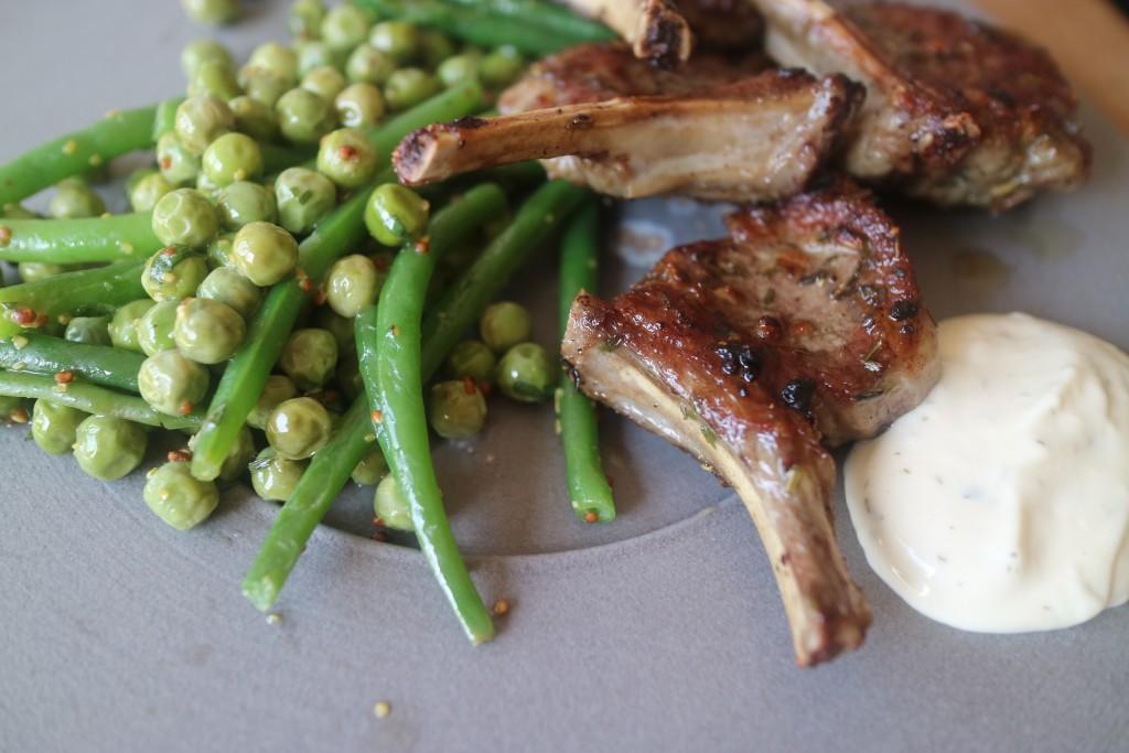 Gegrilde lamskoteletten met mustardy greens