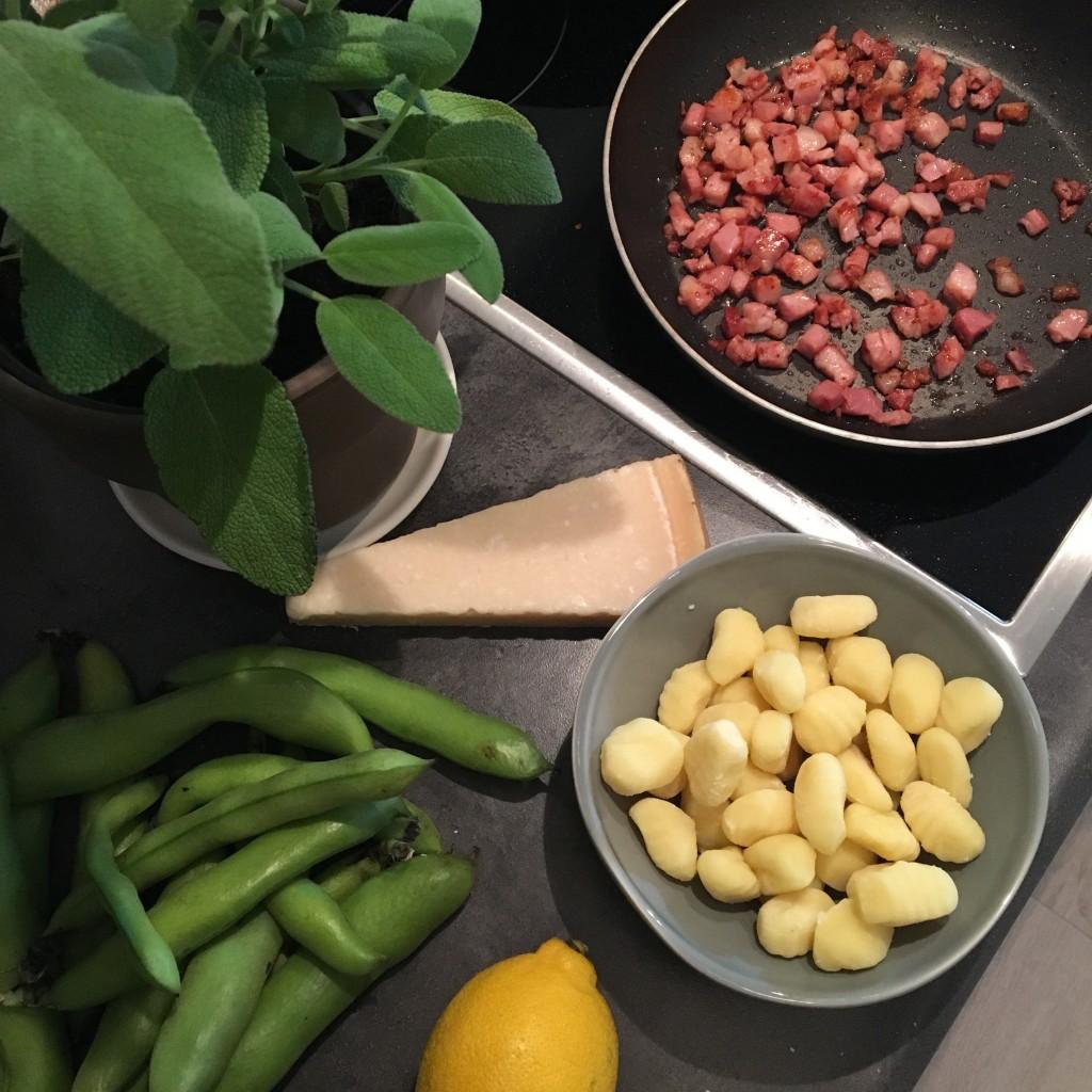 gnocchi met spek, Parmezaanse kaas, tuinbonen, vers, gezond, sjalot, knoflook, olijfolie, boter, salie, Italiaans, bijgerecht, hoofdgerecht, lekker, eten is genieten, thuiskok, hobbykok