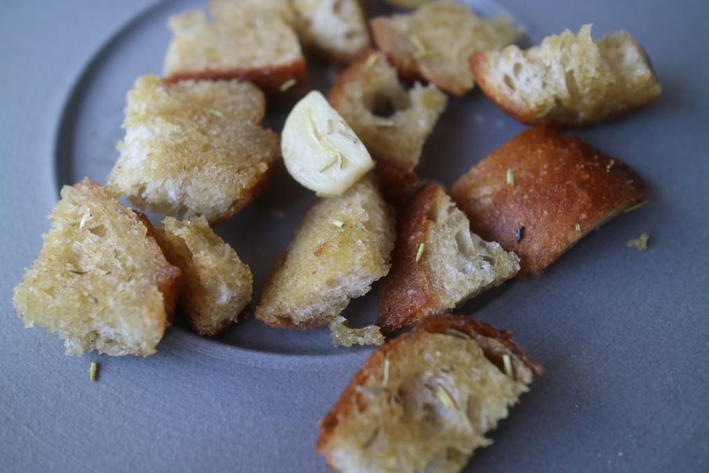 tip van Auk! bewaar oud brood en snijd er dobbelstenen van. Bak met wat olijfolie, knoflook en rozemarijn in een pan en voilà: croutons voor in de soep, cassoulet of op een salade.