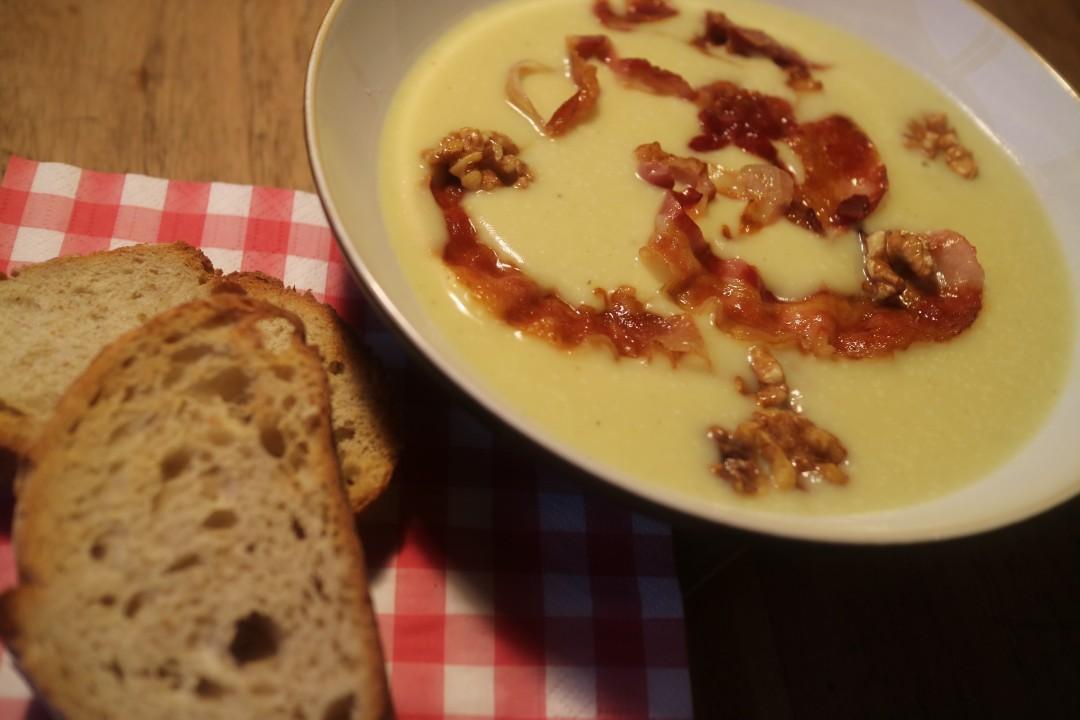 Knolselderijsoep met pancetta en walnoten